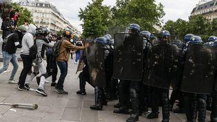 Des affrontements ont éclaté entre policiers et manifestants, place de la République à Paris, samedi 13 juin 2020. (THOMAS SAMSON / AFP)