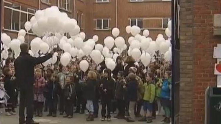 Les enfants de l'école d'Heverlee en Belgique, vendredi 16 mars 2012,ont lâché des ballons blancs auxquels étaient accrochés des messages juste après la minute de silence (FTVI / EVN TV BELGE)
