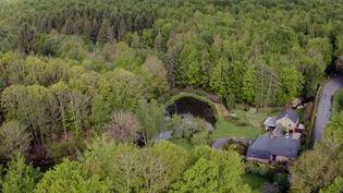 Deux anciens citadins, habitants à Paris et Nantes (Loire-Atlantique), ont décidé de bouleverser leur travail et toute leur vie, afin de découvrir de nouveaux horizons, en Bretagne, dans la forêt de Fougères. (CAPTURE ECRAN FRANCE 2)