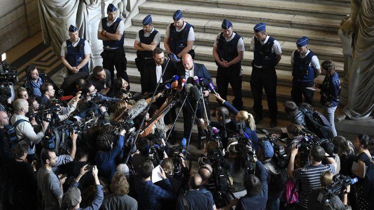 Sven Mary, l'avocat belge de Salah Abdeslam, s'adresse aux journalistes lors du dernier jour de son procès, le 23 avril 2018, devant la salle d'audience du palais de justice de Bruxelles, après la condamnation de son client à 20 ans de prison. (JOHN THYS / AFP)