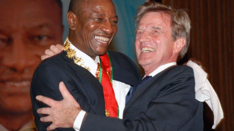 Bernard Kouchner avec le président guinéen Alpha Condé lors de sa cérémonie d'investiture, le 21 décembre 2010 à Conakry (Guinée). (CELLOU DIALLO / AFP)