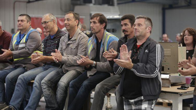Des employés de l'usine GM&S applaudissent lors d'une réunion à La Souterraine, le 29 juin 2017. (PASCAL LACHENAUD / AFP)