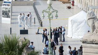 La police technique et scientifiquedevant la gare Saint-Charles à Marseille, après l'attaque au couteau qui a fait deux morts le 1er octobre 2017. (BERTRAND LANGLOIS / AFP)
