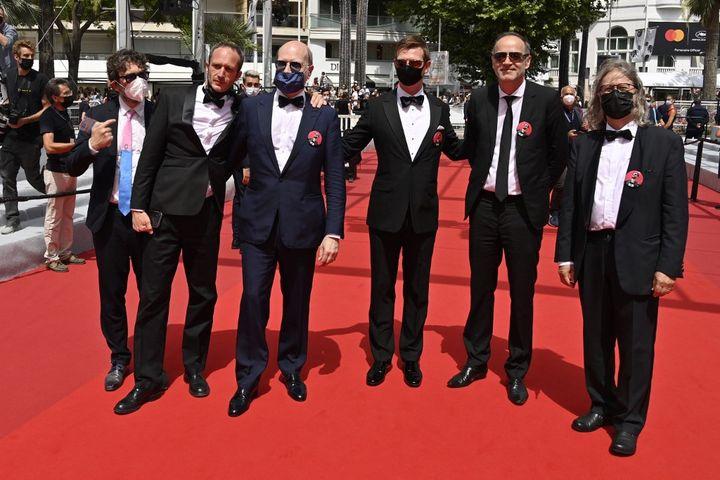 """L'équipedu film """"La Fièvre de Petrov"""" deKirill Serebrennikov sur les marches du Palais des Festivals, au 74e Festival de Cannes, le 12 juillet 2021. (JOHN MACDOUGALL / AFP)"""