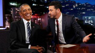 Barack Obama sur le plateau de l'animateur de télévision Jimmy Kimmel, à Los Angeles, le 24 octobre 2016. (KEVIN LAMARQUE / REUTERS)