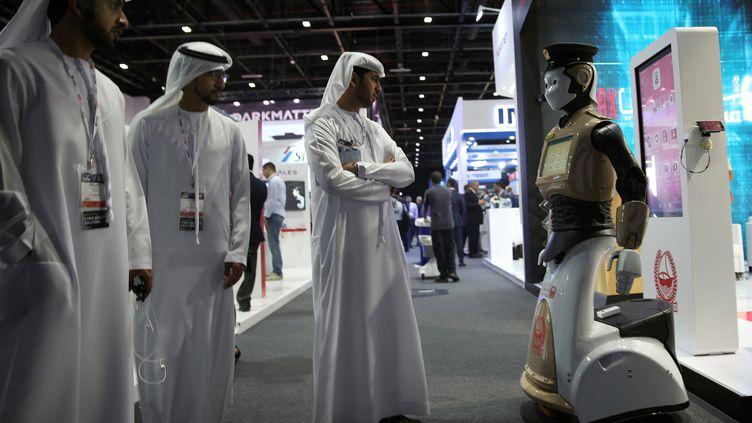 Des visiteurs regardent le premier robot policier présenté lors dela Gulf Information Security Expo and Conference (Gisec), le 22 mai 2017 à Dubaï. (ASHRAF MOHAMMAD MOHAMMAD ALAMRA / REUTERS)