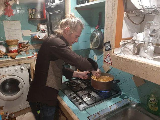 Massimo Kislitsa cuisine pour les plus démunis au siège de l'association de théâtre de rue Vico Pazzariello. (BRUCE DE GALZAIN / RADIO FRANCE)