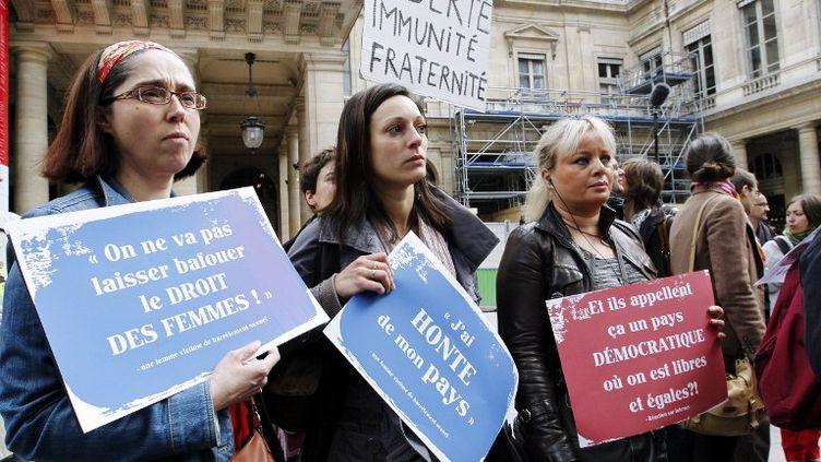 Des femmes protestent le 5 mai 2012, devant le Conseil constitutionnel à Paris, pour dénoncer l'annulation du texte sur le harcèlement sexuel. (FRANCOIS GUILLOT / AFP)