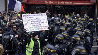 """Des """"gilets jaunes"""" manifestent à Paris, le 15 décembre 2018. (LUCAS BARIOULET / AFP)"""