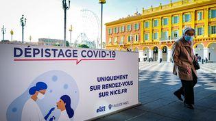 Une affiche appelle à se faire dépister contre le Covid-19, le 3 mars 2021, à Nice (Alpes-Maritimes). (ARIE BOTBOL / HANS LUCAS / AFP)
