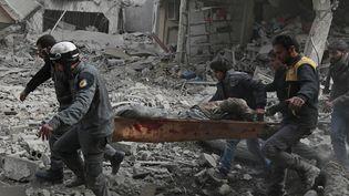 Un cvil évacué après un bombardement àSaqba, dans la Ghouta orientale, en Syrie, le 20 février 2018. (ABDULMONAM EASSA / AFP)