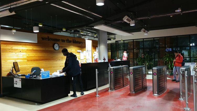 Des étudiants britanniques dans la bibliothèque du campus Queen Mary de l'université de Londres, le 11 décembre 2019. (JEAN-ANDRE GIANNECCHINI / RADIO FRANCE)