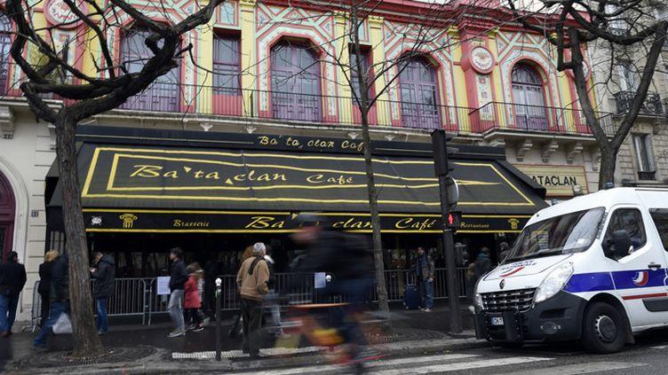 Le Bataclan toujours sous la surveillance de la police (24 décembre 2015)  (Miguel Medina / AFP)