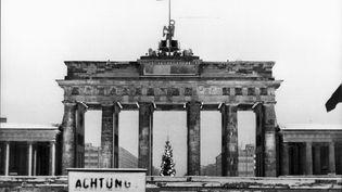 La porte de Brandebourg, à Berlin-Est, vue depuis Berlin-Ouest le 25 décembre 1967 (KEYSTONE PICTURES USA / MAXPPP)