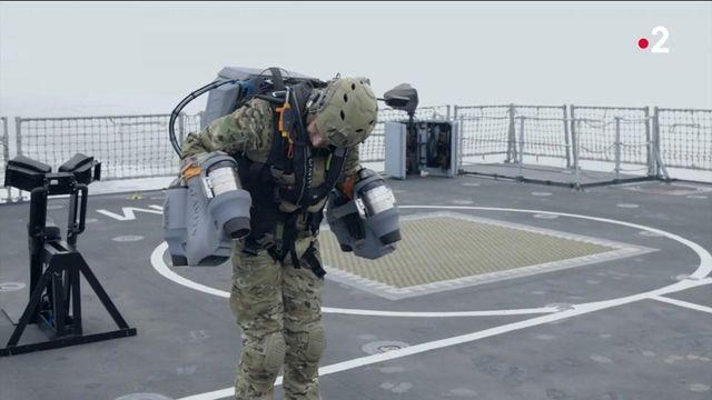 """Royaume-Uni : la Royal Navyteste le """"jet pack"""" pour faire voler ses soldats"""