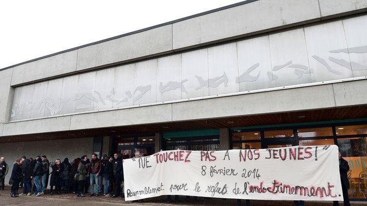 Des habitants de Strasbourg (Bas-Rhin) manifestent contre le départ en Syrie de plusieurs adolescents de la ville, le 8 février 2014. (FREDERICK FLORIN / AFP)