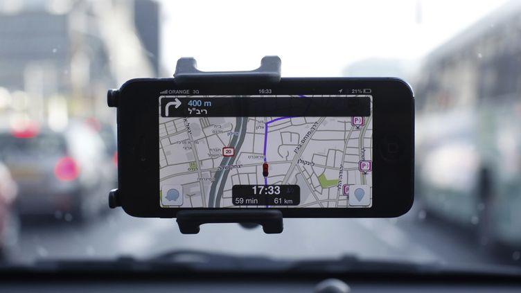 L'application GPS mobile israélienne Waze, sur un smartphone à Tel-Aviv (Israël), le 9 mai 2013. (NIR ELIAS / REUTERS)