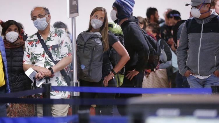 Des voyageurs à l'aéroport de Lima, le 16 mars 2020. (LUKA GONZALES / AFP)