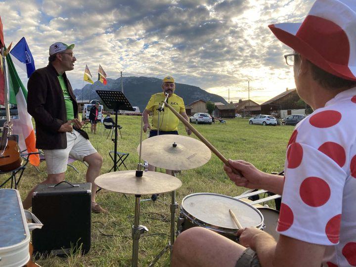 Batterie, trompette, guitares... Vincent et ses amis ont tout prévu pour assurer le spectacle pendant la longue attente avant le passage des coureurs, prévu que le lendemain. (AH)