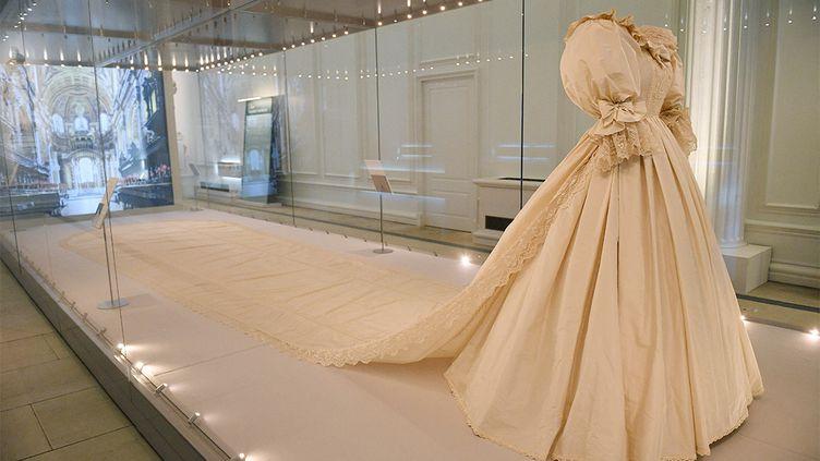 La robe de mariage de Diana exposée au palais de Kensington à Londres, mai 2021 (JUSTIN TALLIS / AFP)