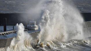 Une vague vient frapper le port de Pornic (Loire-Atlantique), le 1er janvier 2018. (LOIC VENANCE / AFP)