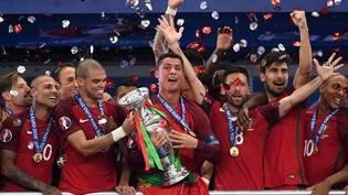 Cristiano Ronaldo porte le trophée après la victoire du Portugal à l'Euro, le 10 juillet 2016. (FEDERICO GAMBARINI / DPA)