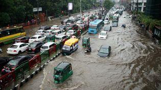 Les rues de Dacca (Bangladesh) inondées en raison des pluies torrentielles qui ont accompagné la mousson le 12 juillet 2019. (SONY RAMANY / NURPHOTO / AFP)
