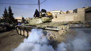 Un tank de l'armée irakienne dans une rue de Mossoul (Irak),le 10 janvier 2017. (DIMITAR DILKOFF / AFP)