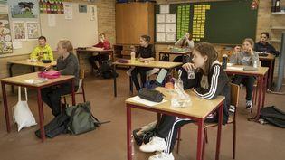 Des élèves danois déjeunent dans leur salle de classe, à Randers, le 15 avril 2020, date à laquelle les écoles ont rouvert dans le pays. (BO AMSTRUP / RITZAU SCANPIX / AFP)