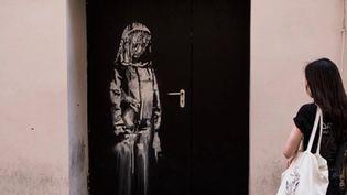 Une œuvre du mystérieux Banksy a été retrouvée, mercredi 10 juin, dans une ferme des Abruzzes, en Italie. Le dessin au pochoir, réalisé par l'artiste sur une porte du Bataclan, en hommage aux victimes de l'attentat de 2015, avait été volée il y a un an, à Paris. (FRANCE 2)