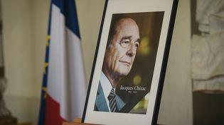 Une photo de Jacques Chiracdans le palais de l'Elysée, le 28 septembre 2019. (LUCAS BARIOULET / AFP)