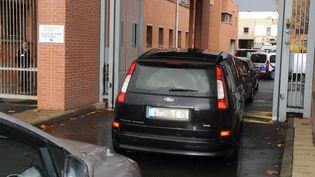 Des véhicules de police arrivent au commissariat de Toulouse (Haute-Garonne), le 4 décembre 2012, avec deux personnes qui doivent être interrogées dans le cadre de l'affaire Merah. (ERIC CABANIS / AFP)