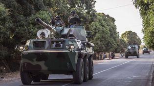 Un convoi de l'armée sénégalaiseprèsde Karang, à quelques kilomètres de la frontière gambienne, le 19 janvier 2017. (SYLVAIN CHERKAOUI / AP / SIPA)