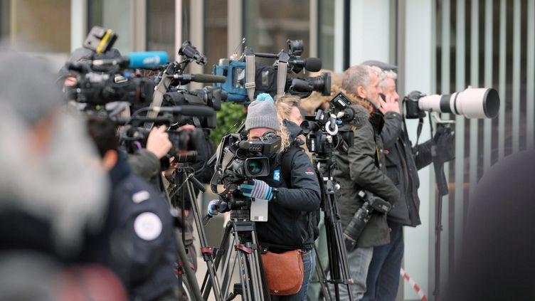 De nombreux journalistes filment l'intervention de police en cours dans le quartier de Neudorf, le 13 décembre 2018, à Strasbourg. (MAXPPP)