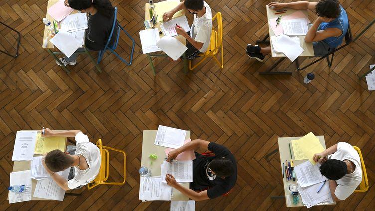 Des lycéens passent une épreuve du baccalauréat à Strasbourg (Bas-Rhin), le 17 juin 2021. (FREDERICK FLORIN / AFP)