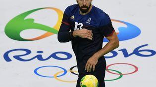 Le handballeur français Nikola Karabatic lors d'un match de préparation aux Jeux olympiques àRio (Brésil), le 4 août 2016. (FRANCK FIFE / AFP)