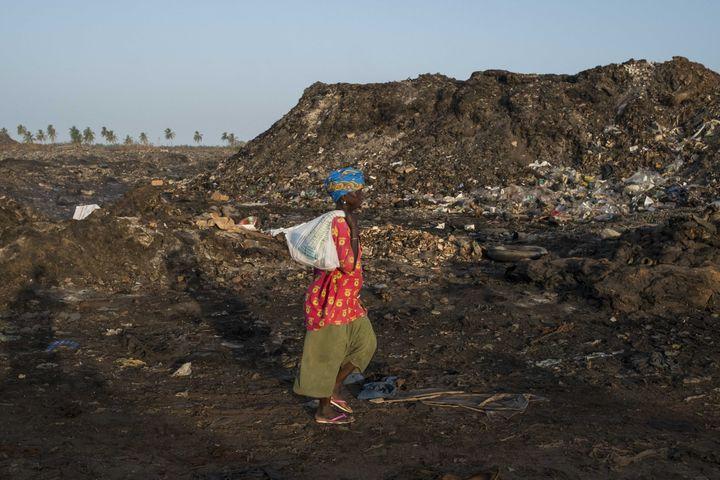 Sur la décharge de Mbeubeuss, près de Dakar, le 2 décembre 2016 (XAUME OLLEROS / ANADOLU AGENCY)
