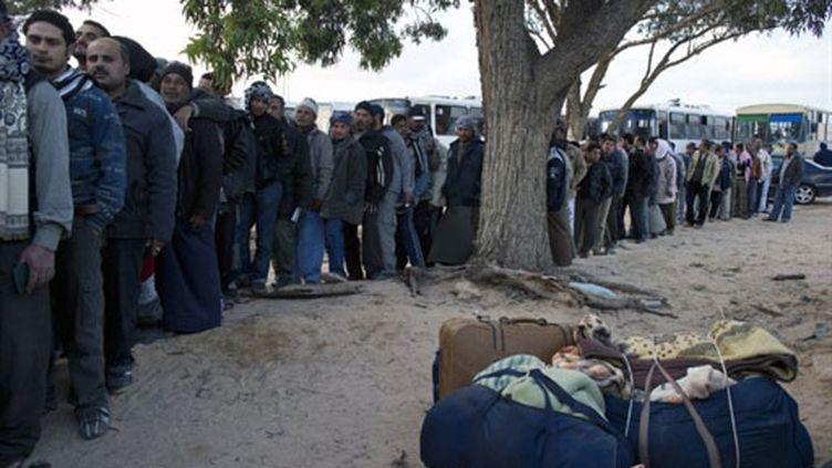 Des Egyptiens font la queue devant un hôpital de campagne installé par l'armée tunisienne à la frontière libyenne (AFP / Fred Dufour)