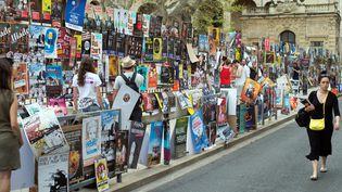 L'affichage sauvage des compagnies de Festival off d'Avignon pour promouvoir leurs pièces. (BERTRAND LANGLOIS / AFP)