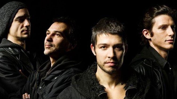 Guillaume Perret (au 1er plan), entouré de Yoann Serra (batterie), Philippe Bussonet (basse électrique, effets) et Jim Grandcamp (guitare électrique, effets) : le groupe Electric Epic  (Enguerran Ouvray)