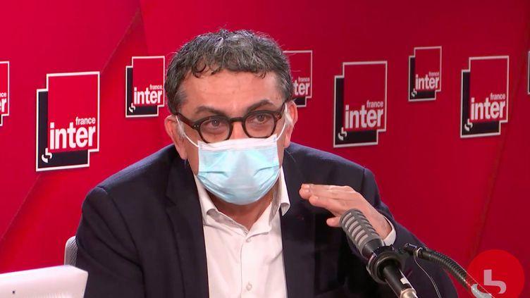 Yazdan Yazdanpanah, chef du service des maladies infectieuses de l'hôpital Bichat à Paris, invité de France Inter le 1er mars 2021. (CAPTURE D'ÉCRAN / FRANCE INTER)