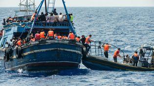 Des migrants sont secourus, le 27 août 2015, en mer Méditerranée. (GABRIELE FRANCOIS CASINI / MEDECINS SANS FRONTIERES / AFP)