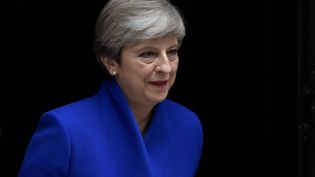 La Première ministre britannique Theresa May quitte le 10, Downing Street pour se rendre à Buckingham Palace, le 9 juin 2017, à Londres (Royaume-Uni). (HANNAH MCKAY / REUTERS)