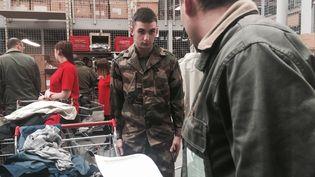 Un jeune homme étrenne son treillis au service militaire volontaire, mercredi 13 janvier2016, sur la base aérienne de Rochefort (Charente-Maritime).  (F. MAGNENOU / FRANCETV INFO)