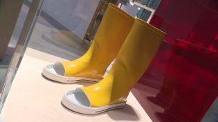 """Les bottes de pluie inconfortables de l'artiste et architecteKaterina Kamprani exposées dans l'exposition """"Flops : quand le design s'emmêle"""" à Saint-Etienne. (France 3 / Lucie Denechaud)"""