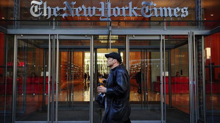 """Devant le siège du """"New York Times"""", à New York (Etats-Unis), le 8 mars 2011. (EMMANUEL DUNAND / AFP)"""