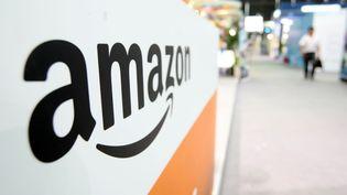 Le sigle d'Amazon, entreprise qui bénéficie des mécanismes offerts par le Luxembourg pour défiscaliser ses profits. (WENG LEI / IMAGINECHINA / AFP)