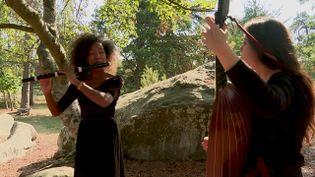 La flûtisteMaholy Saholiariliva et Léa Masson joueuse de théorbe participent au premier festival des forêt à Fontainebleau (France 3 Ile de France)