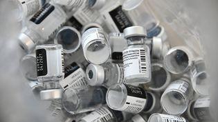 Des flacons vides du vaccin Pfizer-BioNTech contre le Covid-19 jetés le 8 janvier 2021 dans un hôpital de Mulhouse. (SEBASTIEN BOZON / AFP)