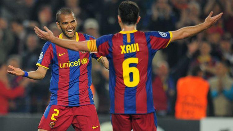 Les deux joueurs du FC Barcelone Xavi et Daniel Alves